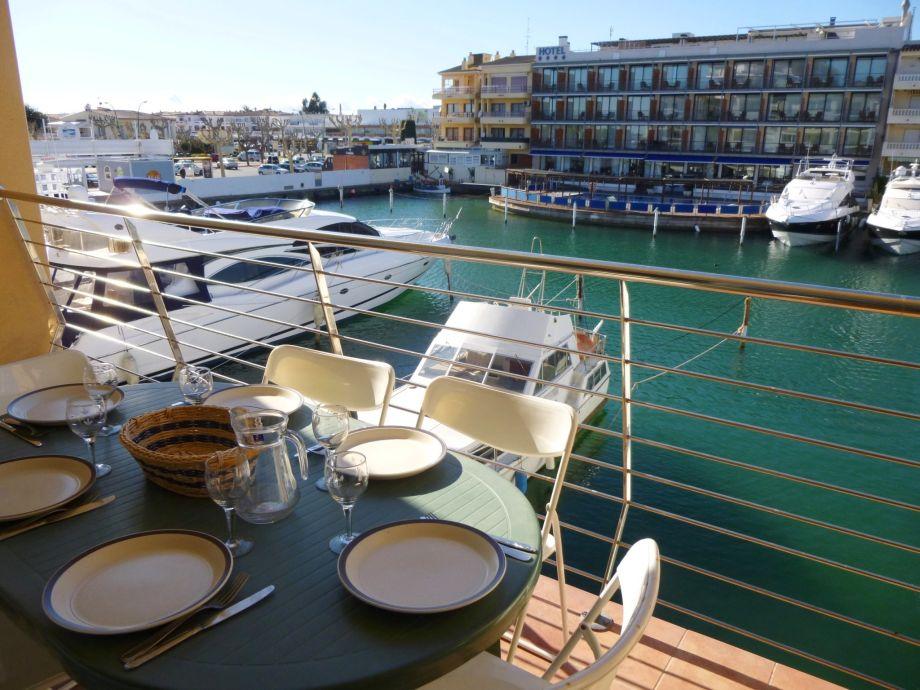 Mittagessen mit Blick auf Empuriabravas Yachthafen