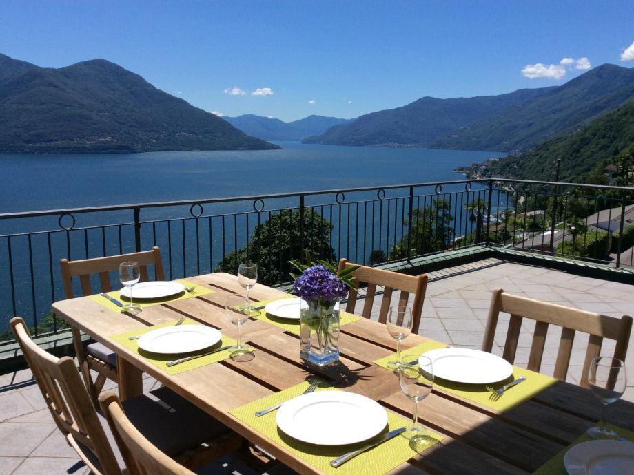 Tisch mit Blick auf den Lago Maggiore
