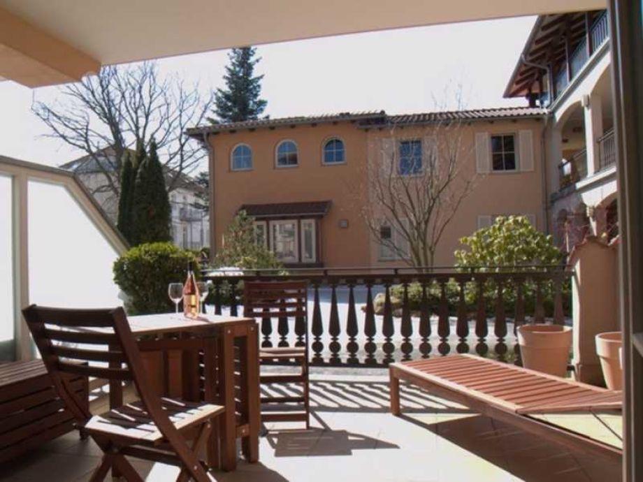 Sonnige Terrasse mit Blick auf die Teichanlage mit Koikarpfen (Winteransicht)