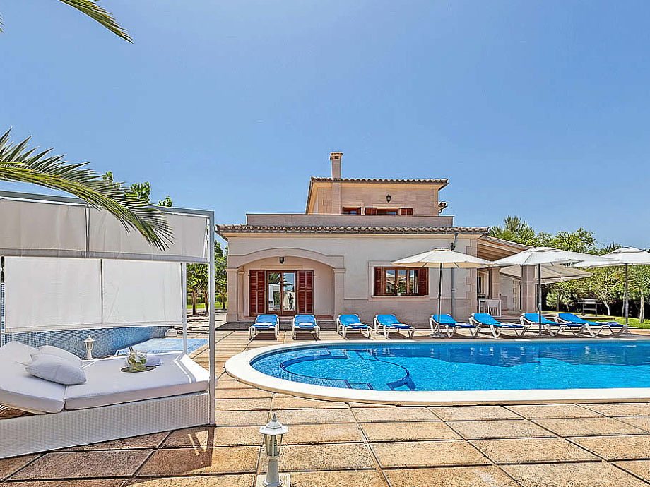 Villa Marga mit Sunbed am Pool