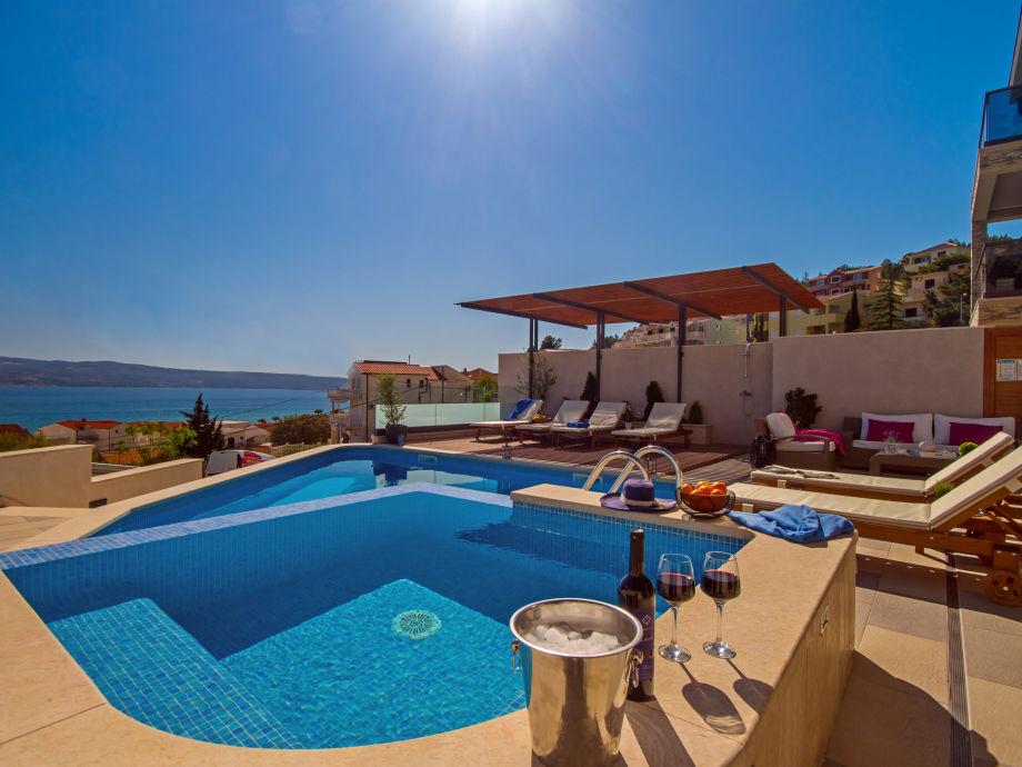VILLA BANE- private 32m2 heated pool & jacuzzi, billiar