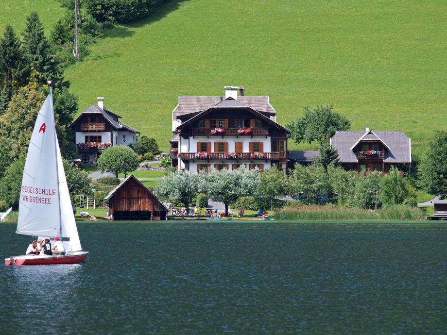 Obergasserhof im Sommer mit direktem Seezugang