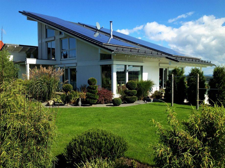 Haus mit Gartenansicht und Liegewiese