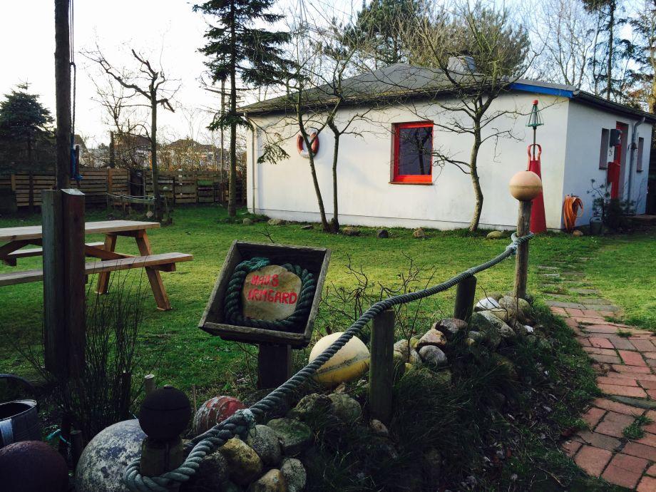 Das Haus mit Garten und Auffahrt