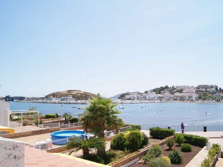 Blick auf das Meer und den Hafen