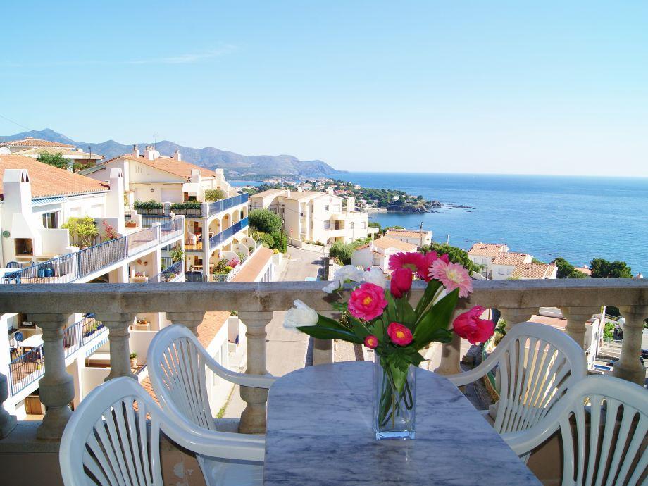 Kleine Terrasse mit Blick auf das Meer und die Berge