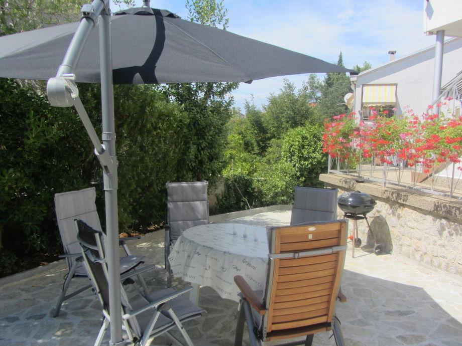 Grill Terrasse mit Gartenmöbel