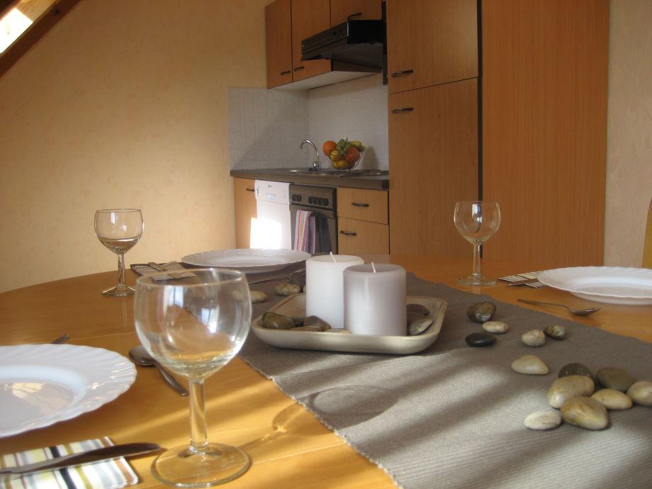 Essbereich mit gut ausgestatteter Küchenzeile