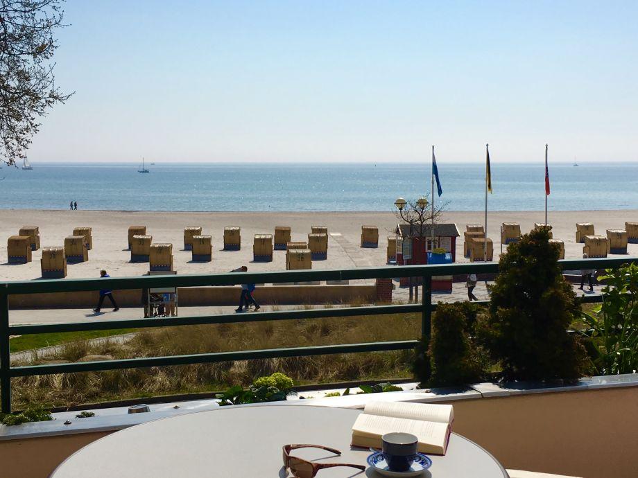 Blick vom Balkon auf die Ostsee und den Strand