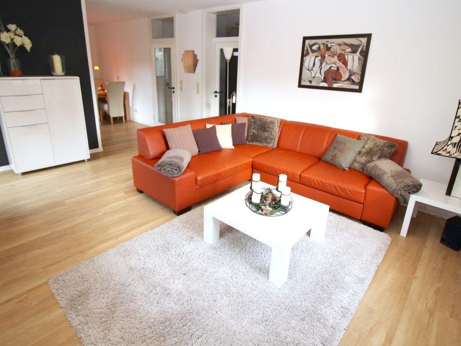 Gemütliches Wohnzimmer mit großem Sofa