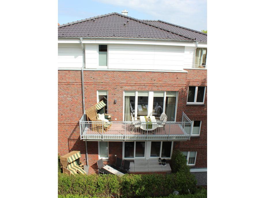 Balkon mit Strandkorb und Sitzgarnitur
