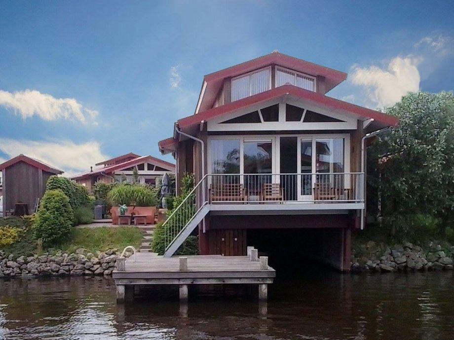 Wasservilla Eden. Mit einer Terrasse am Wasser.