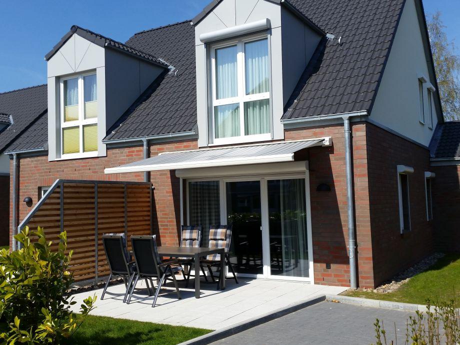 Außenansicht mit Terrasse und Parkplatz