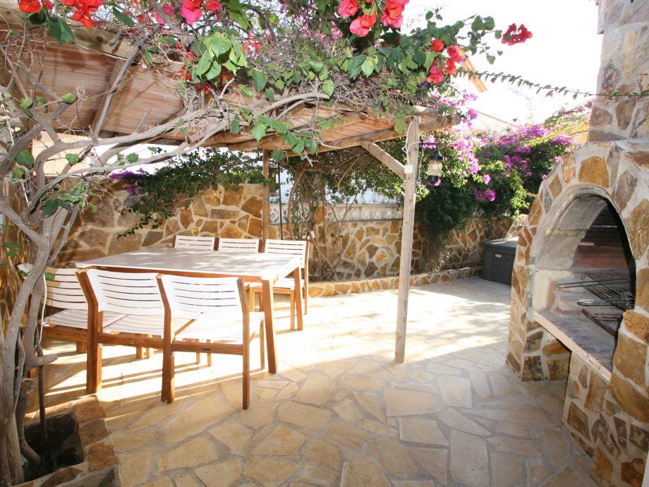 Grillecke, Außenküche mit überdachte Sitzecke