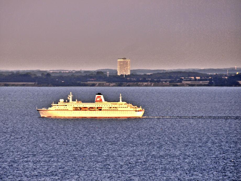 Kreuzfahrtschiff in unserer Bucht