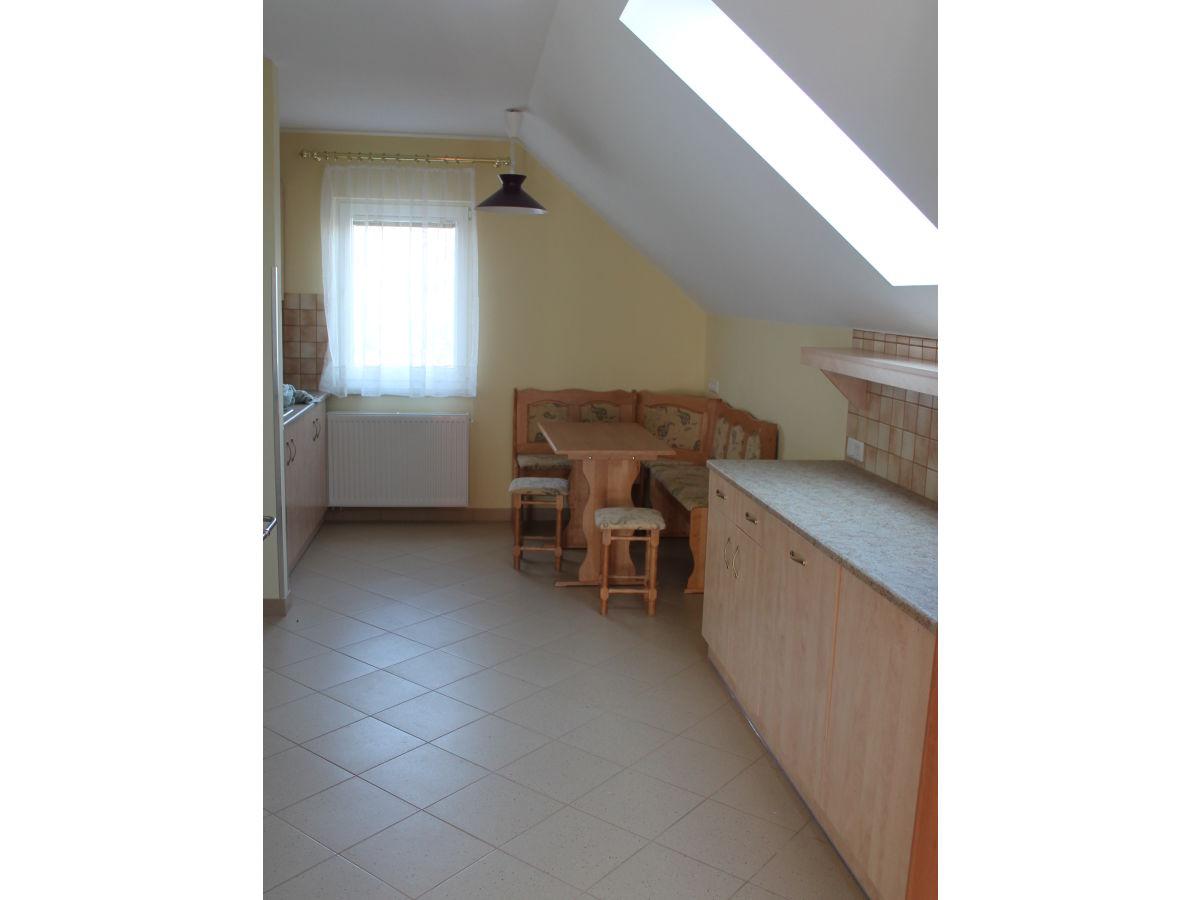 ... mit Backrohr und Holzofen Wohnzimmer mit Kachelofen , Ausziehtisch mit