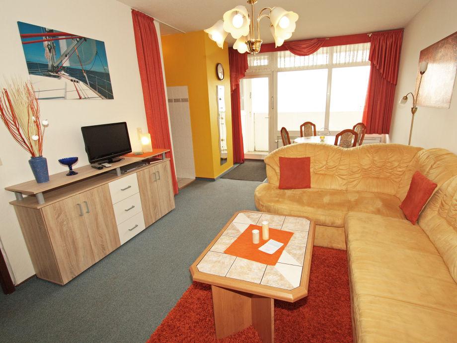 gemütliches Wohnzimmer mitCouch und Seeblick