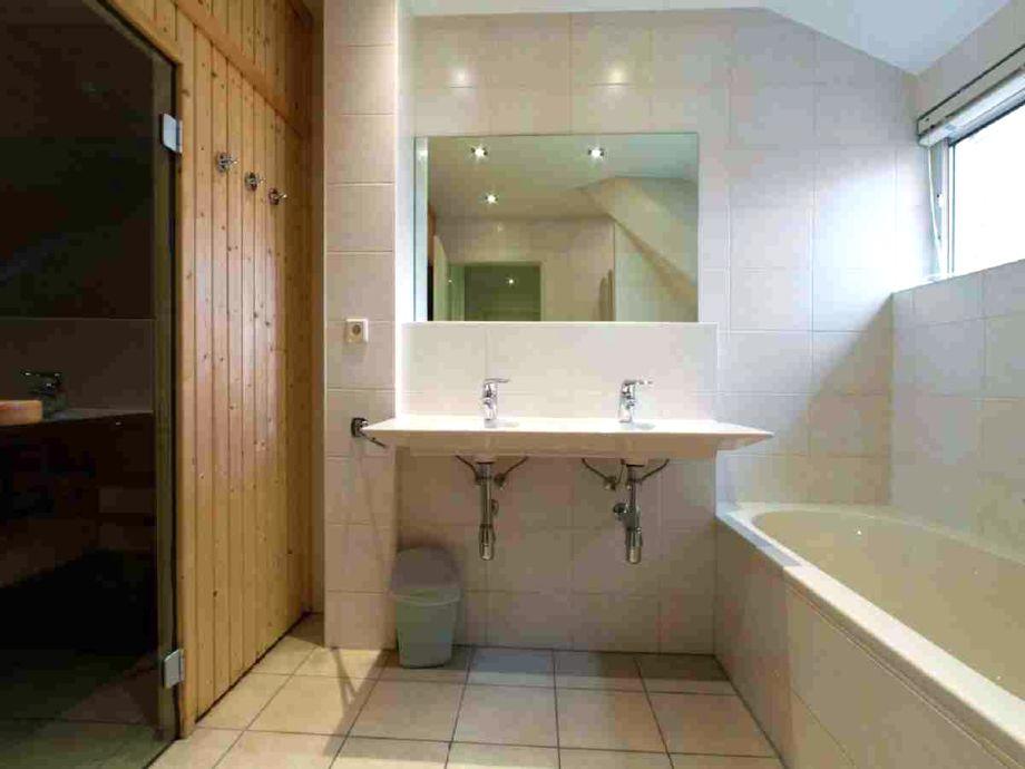 badezimmer mit sauna sauna manty effeti holz material. Black Bedroom Furniture Sets. Home Design Ideas