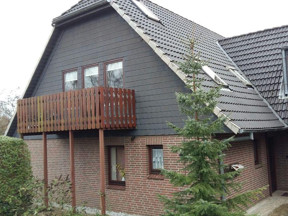 Hausansicht / obere Wohnung mit Balkon