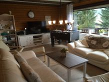 Ferienhaus am See mit Talblick