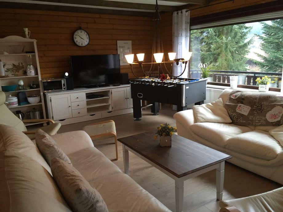Wohnzimmer EG Haus 43 mit TV und Tischfußball