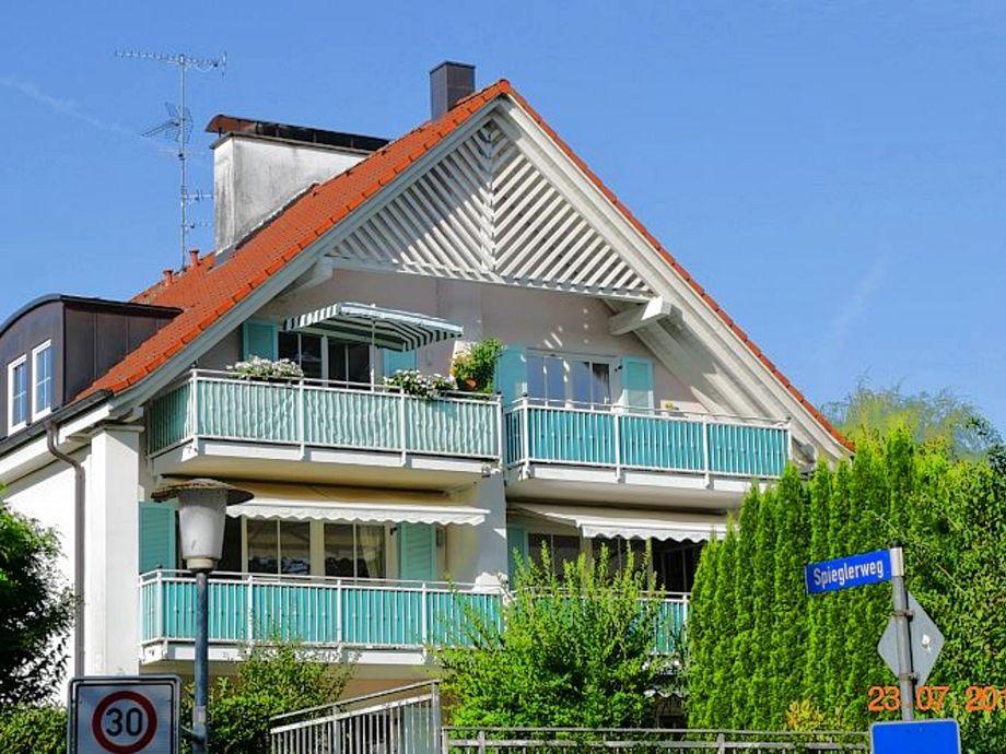 Blick auf das Haus und den Südbalkon oben rechts
