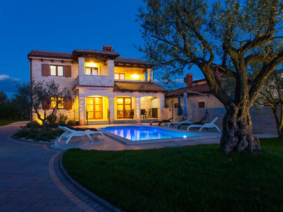 Außenbereich mit Pool bei Nacht