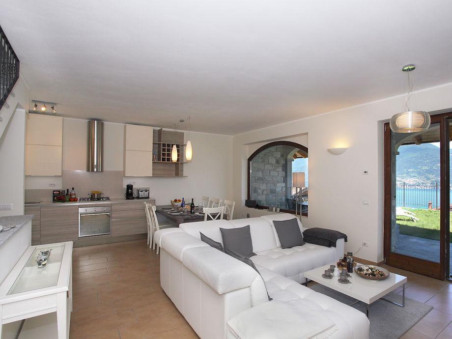 Geräumiger Wohnraum mit offener Küche und Essbereich