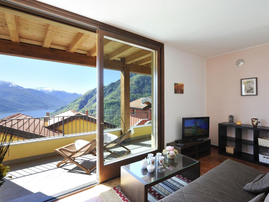 Wohnzimmer mit Zutritt zur privaten Terrasse