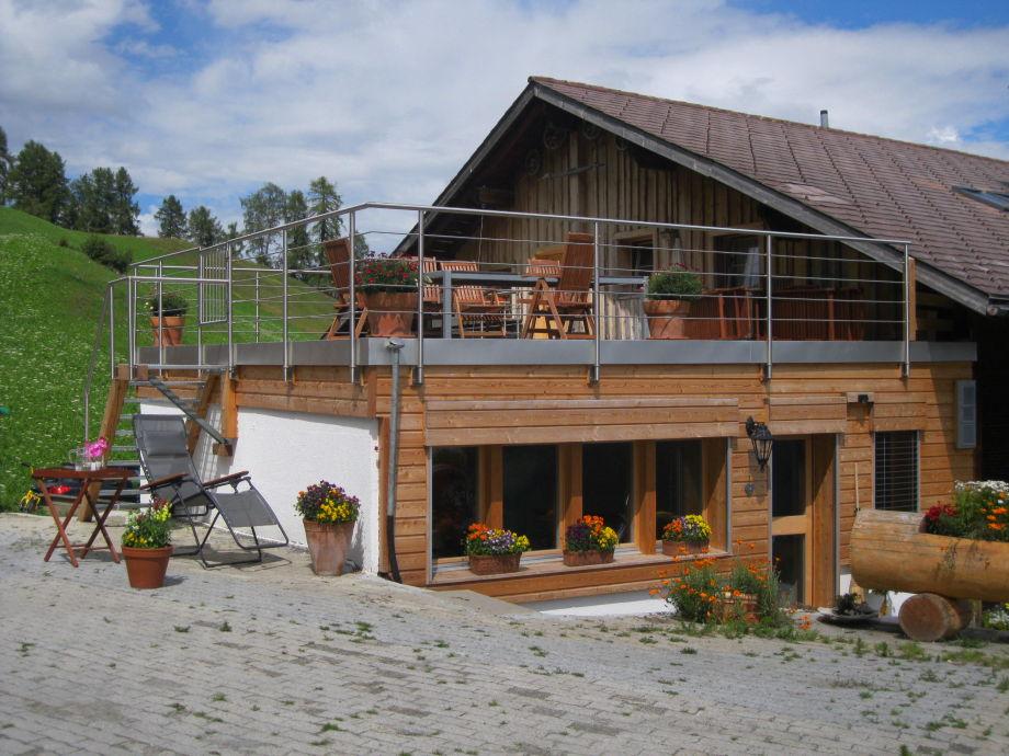 Haus mit Terrasse und Hofplatz