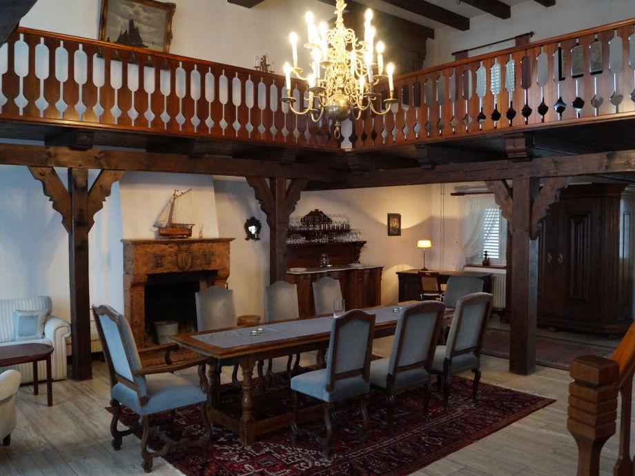 Esstisch und offener Kamin, umlaufende Galerie
