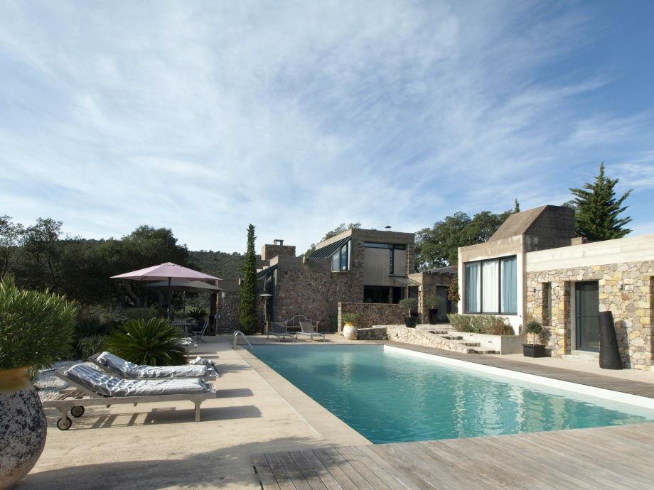 Exklusive Poolvilla in freier Natur unweit vom Meer
