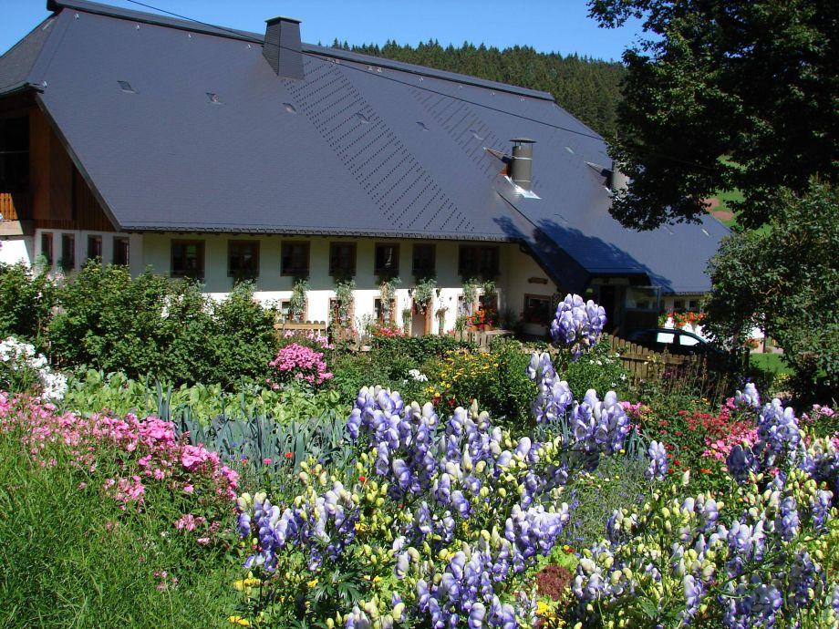 Der Steinbachhof mit anliegendem Garten.
