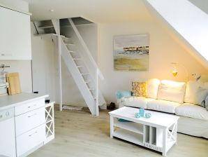 """Holiday apartment Darss-Urlaub unter Reet in Wieck """"Schwalbennest"""""""
