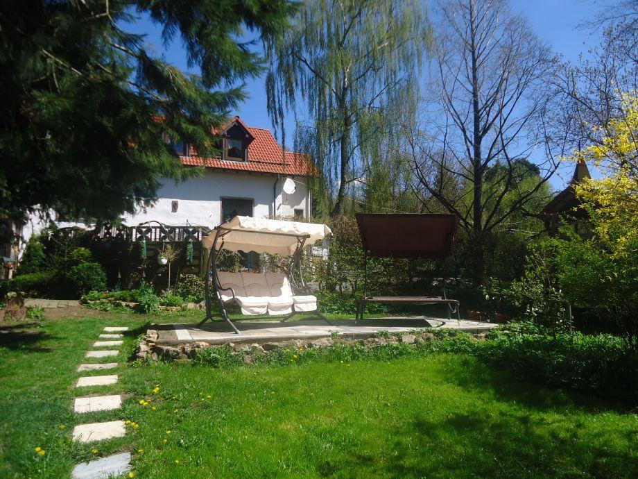 Unser Garten mit Hollywoodschauckel