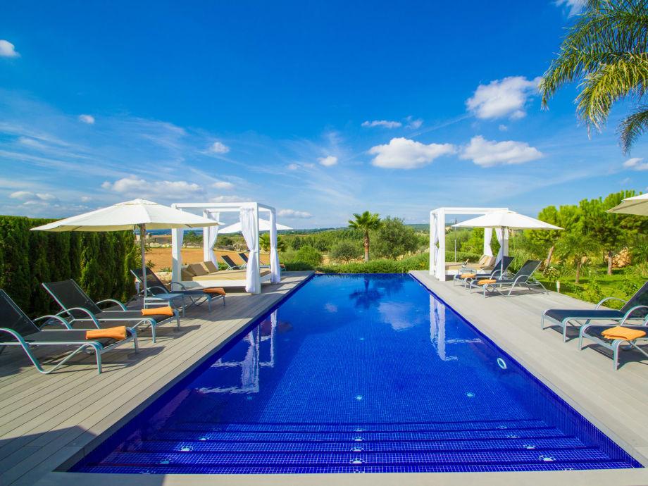 Am Pool der schönen Villa