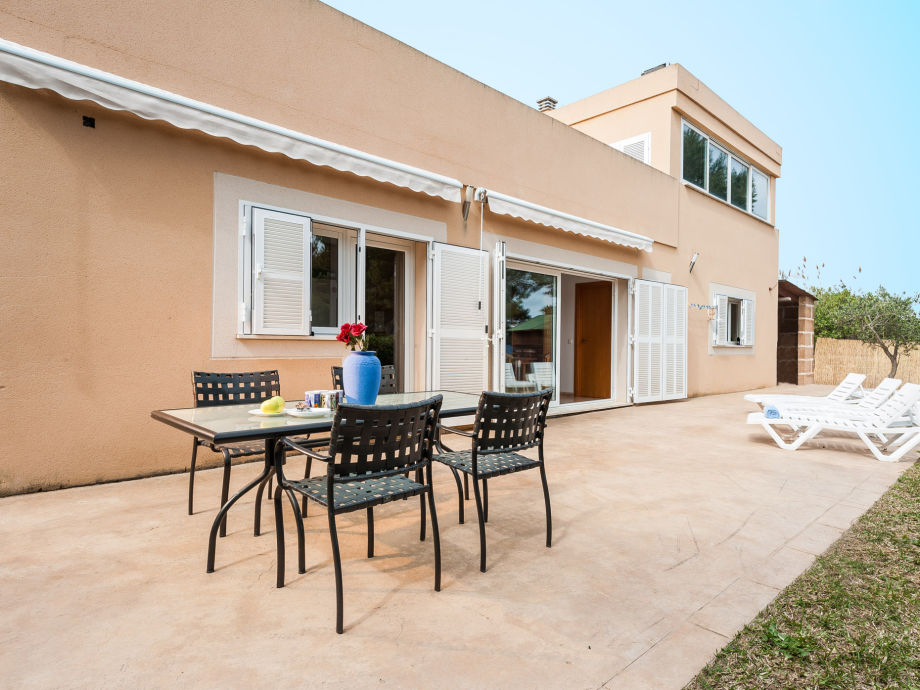 Gemütliche Terrasse mit Esstisch