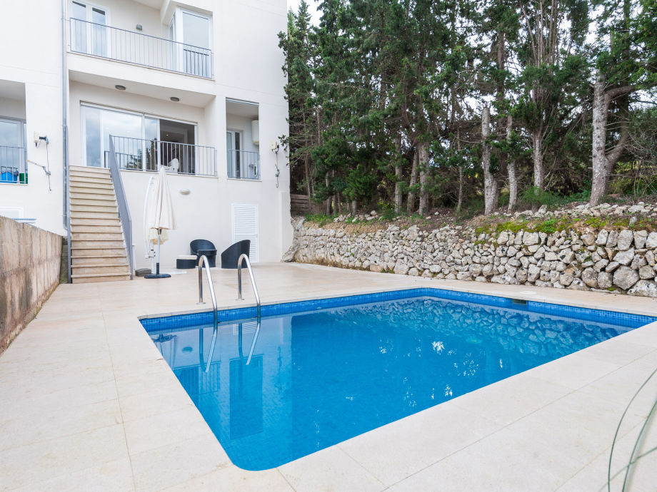 Moderner Poolbereich mit Lounge