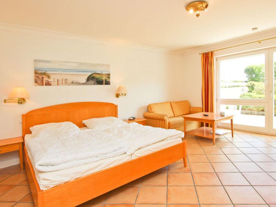 Doppelbett u. Schlafcouch im Wohn- und Schlafzimmer