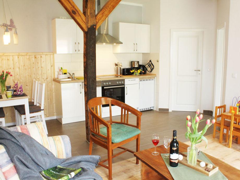 helles Wohnzimmer mit offener Küche und Essecke