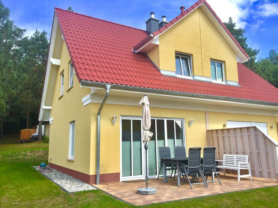 Ferienhaus mit Garten und Terrasse im Frühjahr