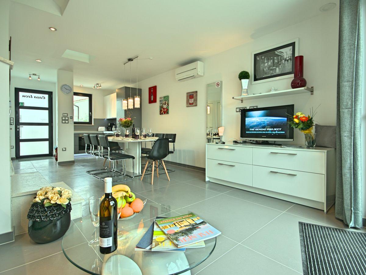 Ferienhaus coleen leon porec funtana firma arlen for Moderne inneneinrichtung wohnzimmer