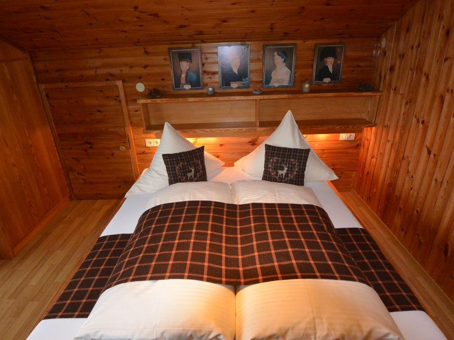 Schlafzimmer mit Doppelbett mit offenen Fußende