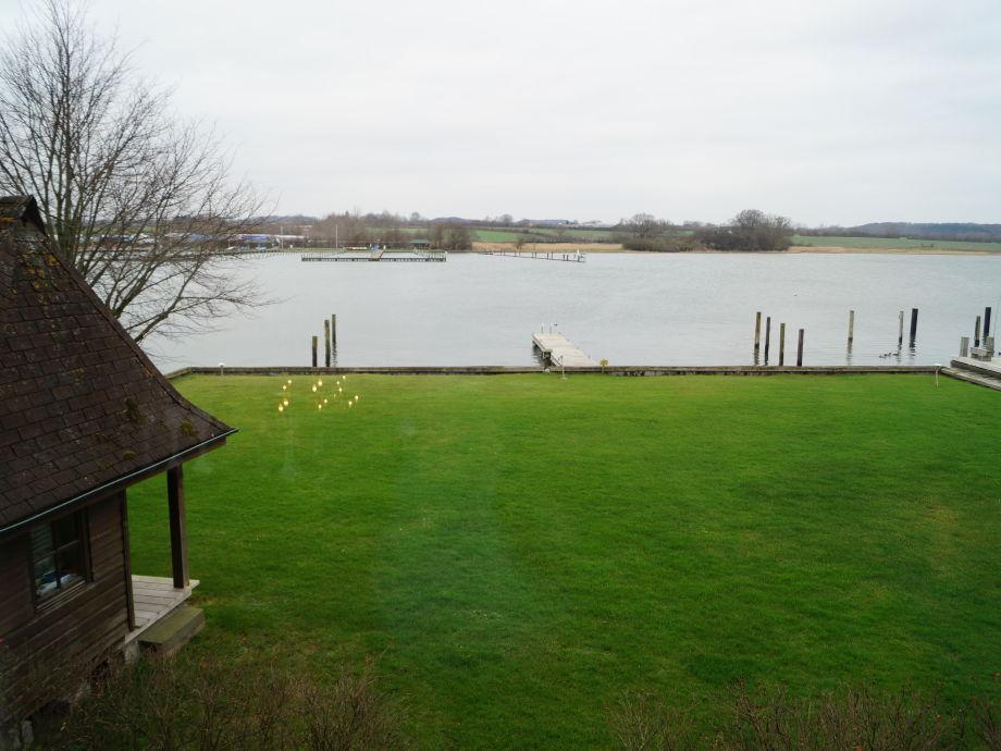 Garten mit Bootssteg und Gartenhaus