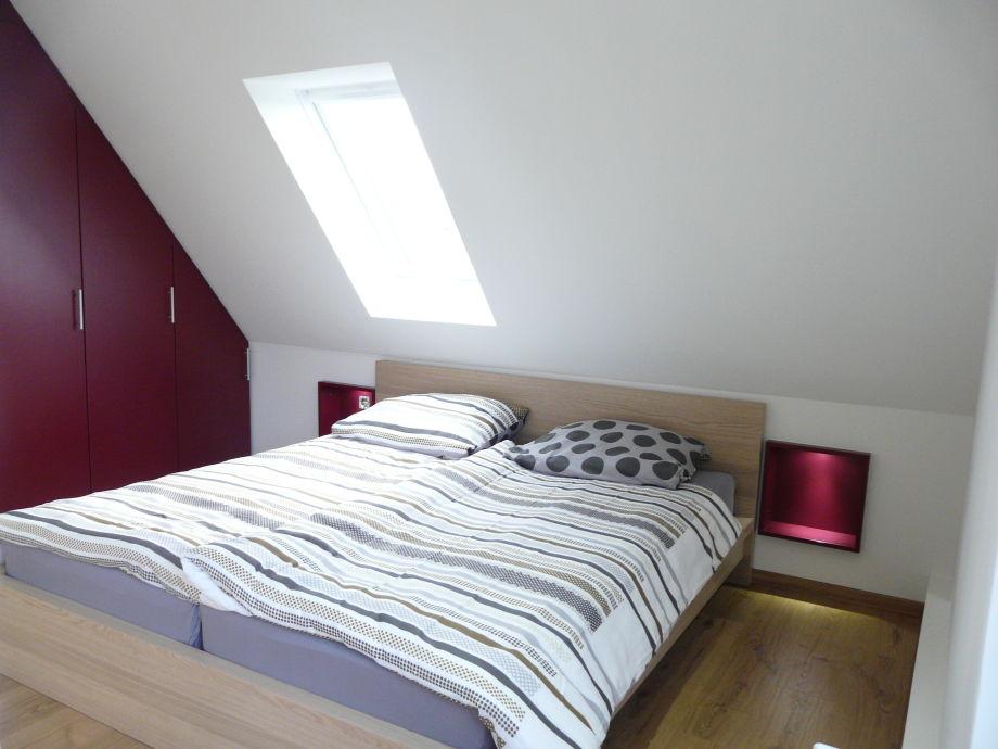 Bett mit beleuchteten Nischen