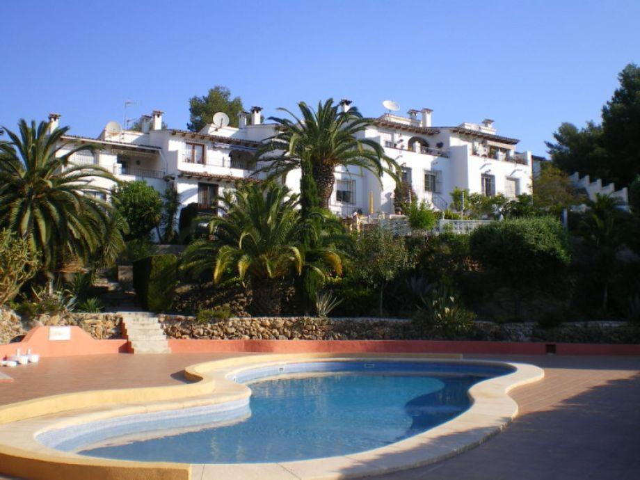 Teilansicht mit Garten, Pool und Liegeflächen