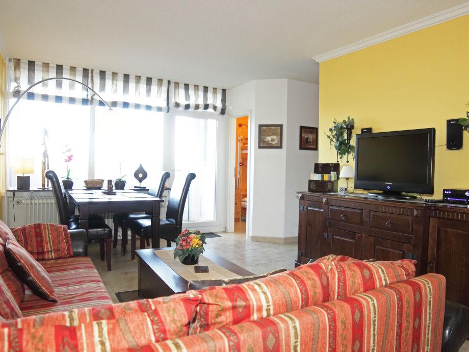 Wohnzimmer m. Couch und großem LCD-TV