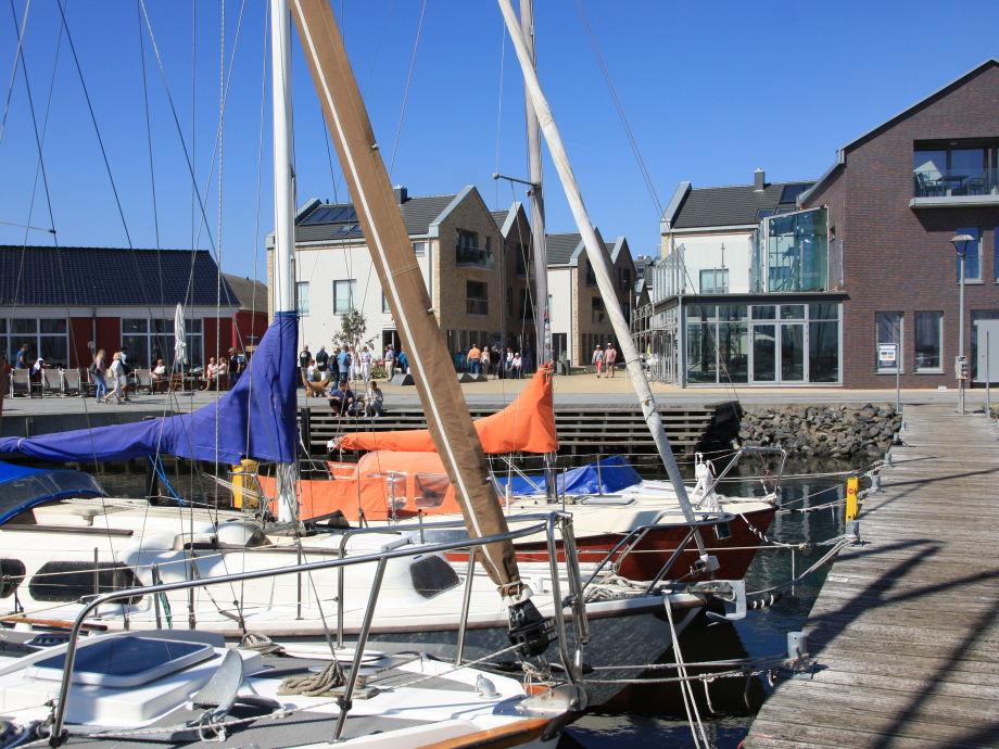 """Blick vom Yachthafen auf die Promenade und """"54°NORD"""""""