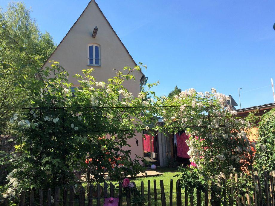 Haus mit modernem Anbau rechts und Garten