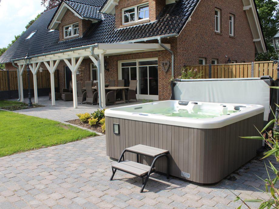 Terrasse mit Außenwhirlpool